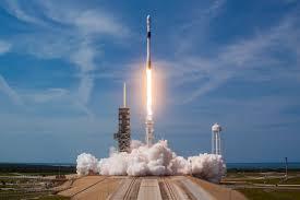 La fusée Falcon 9 s'envole avec la capsule Dragon vers la Station spatiale internationale depuis Cap Canaveral, en Floride